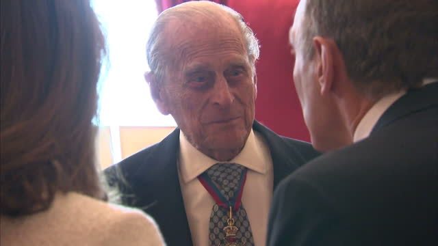 vidéos et rushes de interior shots of the duke of edinburgh and the queen speaking to guests at a reception for members of the order of merit at st james' palace on 04... - duc d'edimbourg