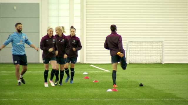 vidéos et rushes de interior shots of the england women's football team training on an indoor astro turf at st georges park on day of prince william's visit on may 20... - turf