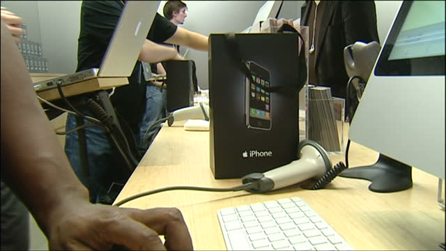 vídeos y material grabado en eventos de stock de interior shots of the first apple iphone customers at the regent street apple store at tills buying the first generation iphone - 2007