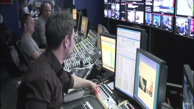 interior shots of the gallery of sky news during the 2010 general election aftermath on the day gordon brown quit as prime minister, with executive... - producer stock videos & royalty-free footage