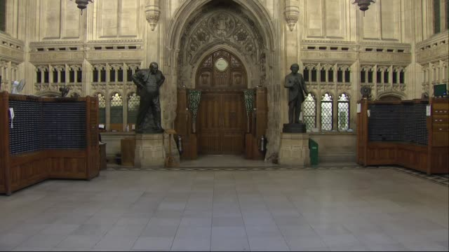 interior shots of the house of commons lobby with statues of former british prime ministers and pigeon holes for various select committee papers on... - 庶民院点の映像素材/bロール