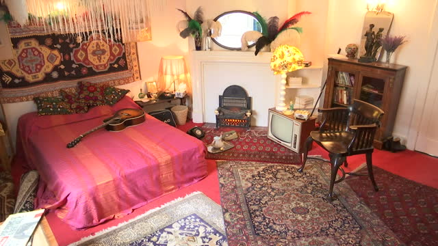 vídeos y material grabado en eventos de stock de interior shots of the mayfair bedroom of jimi hendrix as it would have been in the 1960's with an epiphone guitar on the bed and various period... - jimi hendrix
