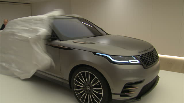 vidéos et rushes de interior shots of the new range rover velar being unveiled at the design museum on march 01, 2017 in london, england. - museum