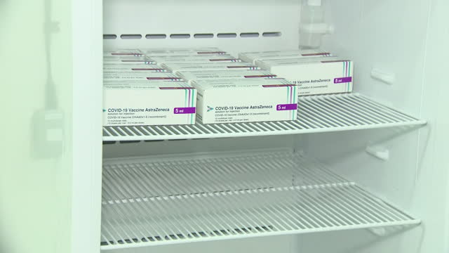 vidéos et rushes de interior shots of the oxford-astrazeneca covid 19 vaccine packets being put in fridge on 2 january 2021 in hayward heath, united kingdom. - réfrigérateur