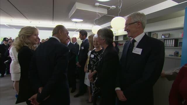 stockvideo's en b-roll-footage met interior shots of the queen and duke of edinburgh meeting battersea ambassadors paul o'grady amanda holden david gandy and dame jacqueline wilson>>... - paul o'grady