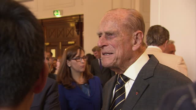 stockvideo's en b-roll-footage met interior shots of the queen and duke of edinburgh speaking to guests at a reception at canada house to celebrate canada's 150th anniversary of... - prins philip van het verenigd koninkrijk