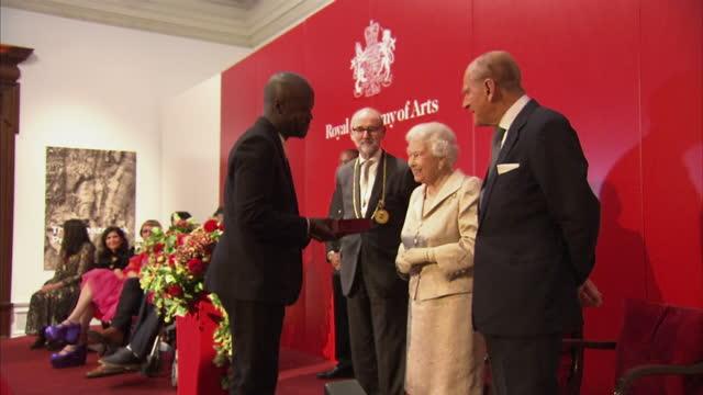 vídeos de stock e filmes b-roll de interior shots of the queen and prince philip presenting awards to architect david adjaye whitechapel gallery director iwona blazwick photographer... - arquiteta