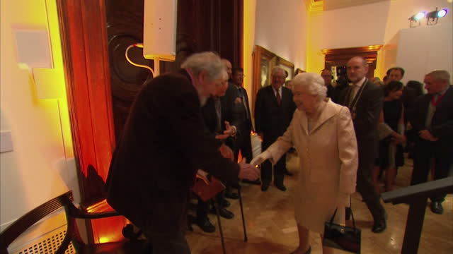 vídeos de stock e filmes b-roll de interior shots of the queen speaking to guests during an awards reception at the royal academy of arts.>> on october 11, 2016 in london, england. - royal academy of arts
