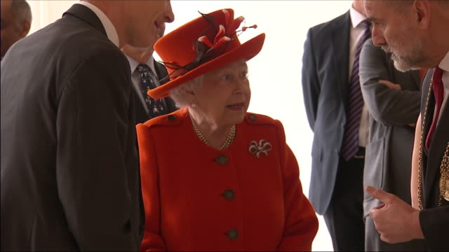 vídeos de stock, filmes e b-roll de interior shots of the queen talking to christopher le brun including shots of the queen and christopher le brun walking and stepping up onto the... - royal academy of arts