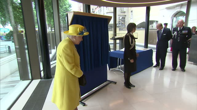 interior shots of the queen unveiling a plaque to mark the opening of the new hq of the metropolitan police on 13 july 2017 in london united kingdom - ニュースコットランドヤード点の映像素材/bロール