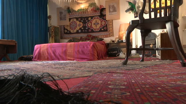 vídeos y material grabado en eventos de stock de interior shots of the recreated bedroom of jimi hendrix as it may have appeared in the 1960's with an old record player records and other period... - jimi hendrix