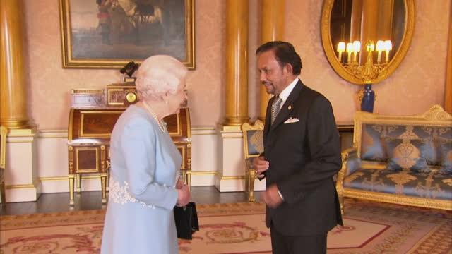 vídeos de stock, filmes e b-roll de interior shots of the sultan of brunei hassanal bolkia meeting queen elizabeth ii in buckingham palace on the 14th december 2017 london england - 2017