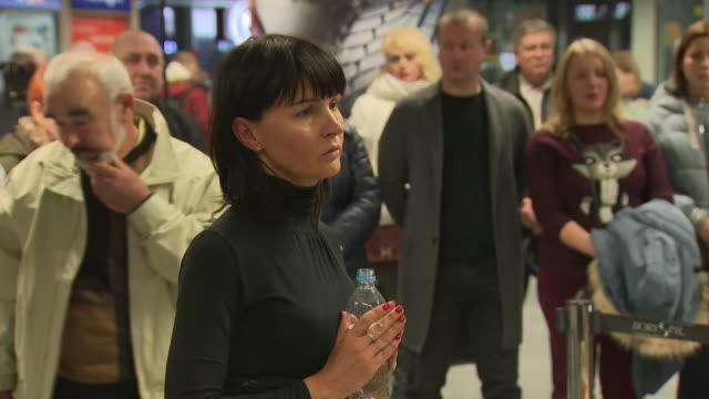 stockvideo's en b-roll-footage met interior shots of the widow of killed ukrainian pilot volodymyr gaponenko katerina gaponenko being comforted in boryspil airport by relatives before... - weduwe
