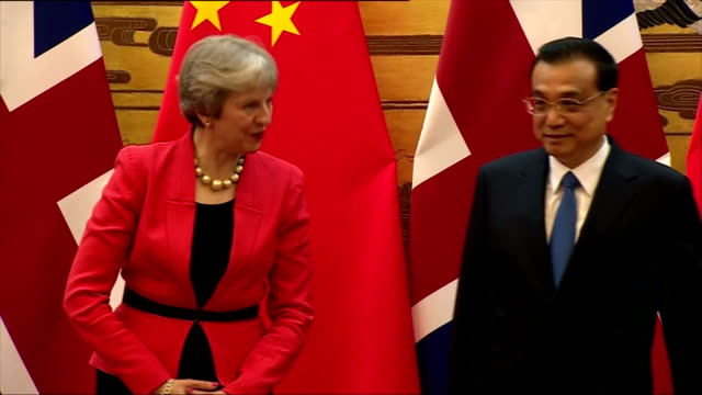 interior shots of theresa may and li keqiang overseeing a signing ceremony between uk and chinese trade officials at the great hall of the people>>... - autografare video stock e b–roll