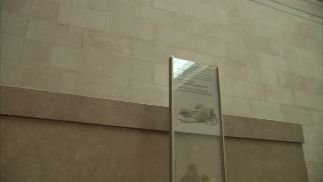 vidéos et rushes de interior shots of tourists viewing parts of the parthenon friezes and pediment sculptures also known as the elgin marbles on display in the british... - fronton