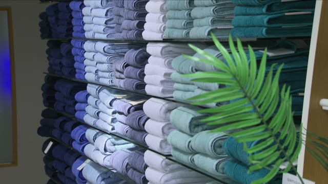 vídeos y material grabado en eventos de stock de interior shots of towels and bedding on display at marks and spencer in the home wares department including shots of a customer making a purchase at... - finanzas y economía