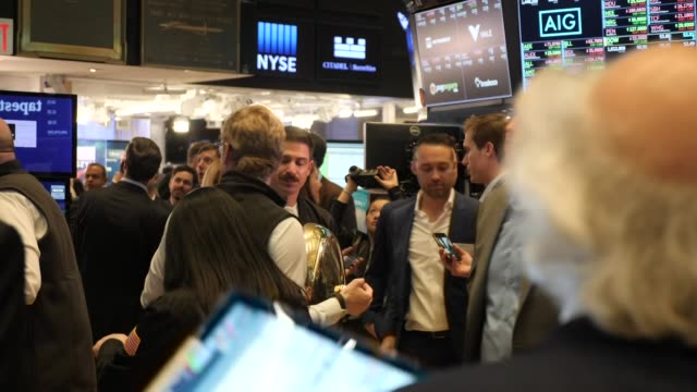 interior shots of traders looking at monitors on the trading floor of the new york stock exchange with newly floated company uber's stock price... - new york stock exchange bildbanksvideor och videomaterial från bakom kulisserna