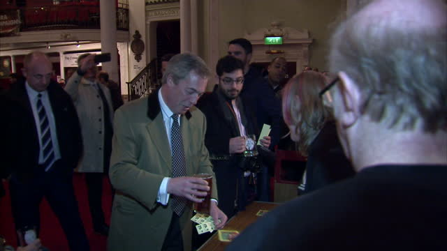 vídeos de stock, filmes e b-roll de interior shots of ukip leader nigel farage buying a pint of beer at the thanet easter beer festival in margate and drinking it whilst chatting to... - festivaleiro