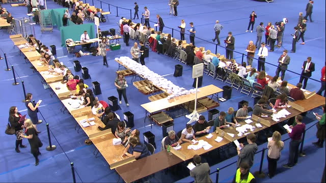 interior shots of volunteers counting ballots on the eu referendum on june 24 2016 in glasgow scotland - 国民投票点の映像素材/bロール