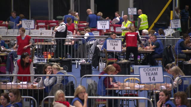 interior shots of votes being counted in a large hall in belfast during the eu referendum on june 23 2016 in belfast northern ireland - 投票点の映像素材/bロール