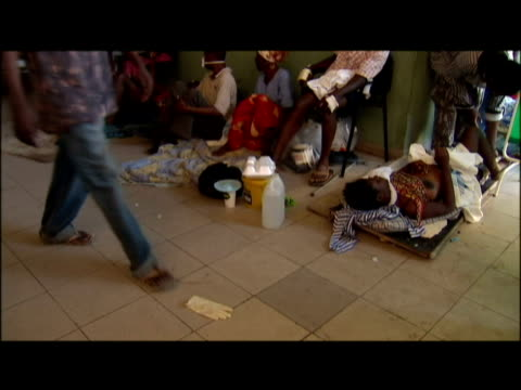 vídeos de stock e filmes b-roll de interior shots of wounded people in overcrowded hospital. exterior shots of makeshift field hospital with injured being treated by doctors. haiti... - hispaniola