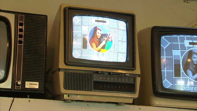 vídeos de stock, filmes e b-roll de interior shots old vintage old fashion tube television sets on display at the british vintage wireless and television museum on march 02 2015 in... - personas de negocios
