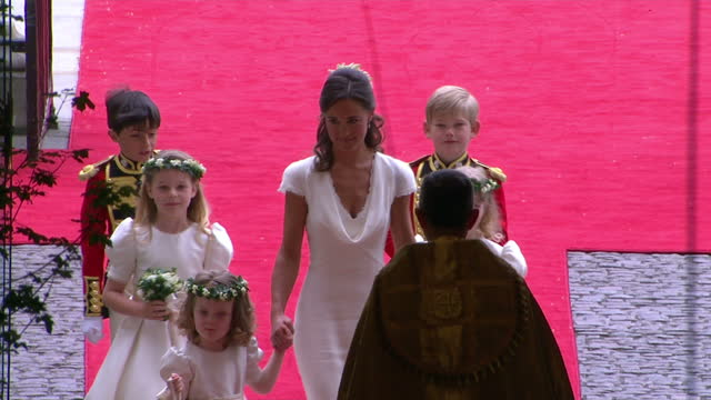 vidéos et rushes de interior shots pippa middleton walks into westminster abbey holding the hands of bridesmaids & followed by the pageboys sky news royal wedding... - suit