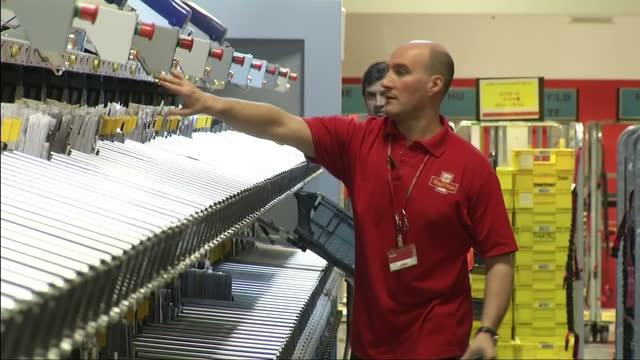 vídeos y material grabado en eventos de stock de interior shots postal workers sorting mail in royal mail sorting office. royal mail undervalued by the government on october 24, 2013 in london,... - buzón postal