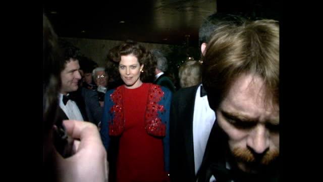 vidéos et rushes de interior shots press surround sigourney weaver as she arrives at movie premiere on january 24 1989 in london united kingdom - sigourney weaver
