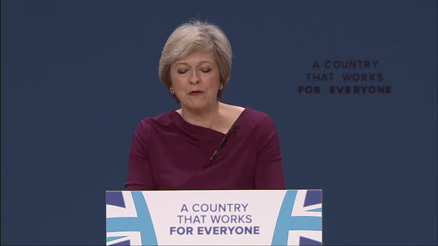 vídeos y material grabado en eventos de stock de interior shots prime minister theresa may delivering speech at conservative party conference on october 05 2016 in birmingham england - partido conservador británico