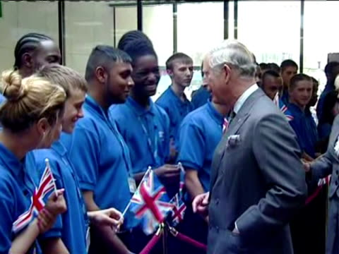 vídeos de stock e filmes b-roll de interior shots prince charles & camilla, duchess of cornwall tour local business centre, meeting well wishers. interior shots camilla has a go at... - croydon inglaterra