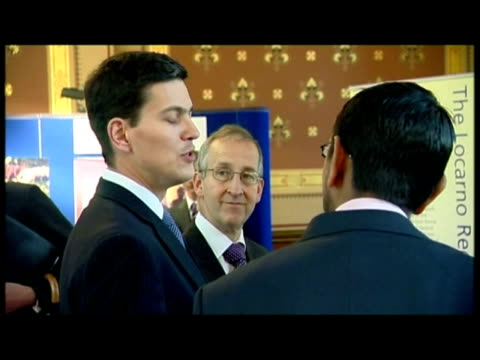 vidéos et rushes de interior shots prince charles giving speech to foreign & commonwealth office staff. interior shots prince charles greeting & talking with var fco... - var