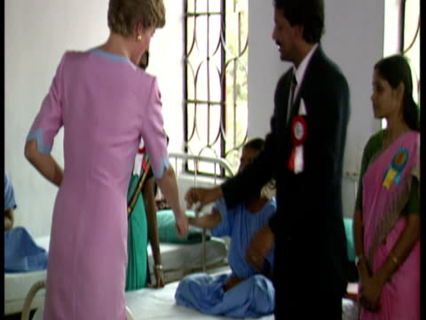 vídeos y material grabado en eventos de stock de interior shots princess diana speaking to leprosy sufferers in ward of premanda hospital for leprosy in calcutta diana princess of wales meets... - calcuta