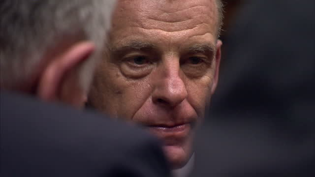 interior shots prosecuting lawyer gerrie nel speaking with defending lawyer barry roux in courtroom gerrie nel talking to barry roux at pretoria... - オスカー・ピストリウス点の映像素材/bロール