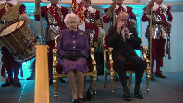 stockvideo's en b-roll-footage met interior shots queen elizabeth ii and prince philip duke of edinburgh with the lord mayor of the city of london jeffrey mountevans and dignities... - britse rijk