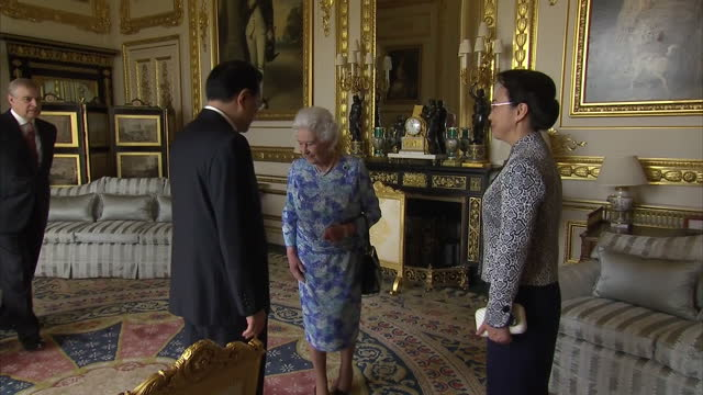 vídeos de stock e filmes b-roll de interior shots queen elizabeth ii greeting chinese premier li keqiang and wife cheng hong at windsor castle during state visit on june 17 2014 in... - berkshire inglaterra