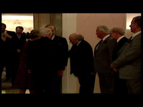 vidéos et rushes de interior shots queen elizabeth ii visiting claridge's hotel and speaking to staff. - 1992