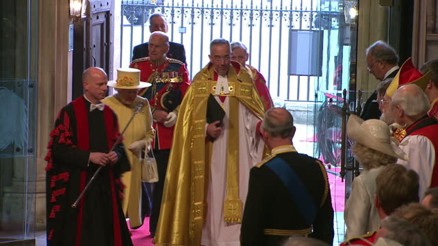 vidéos et rushes de interior shots queen elizabeth walks with the dean of westminster followed by the duke of edinburgh & over to greet members of the clergy, prince... - suit