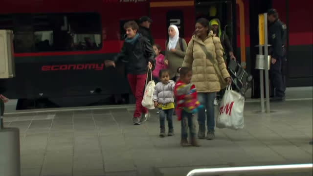 interior shots refugees, migrants, asylum seekers arriving at munich train station audio: locals cheering, welcoming refugees on september 05, 2015... - 2015 stock-videos und b-roll-filmmaterial