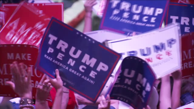 vídeos de stock e filmes b-roll de interior shots republican supporters at donald trump rally holding up signs reading 'trump pence' and 'make america great again'. on august 25, 2016... - partidário