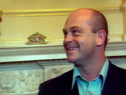 interior shots ross kemp and lenny henry chatting cool britannia - party at 10 downing street at downing street on july 30, 1997 in london - lenny henry stock videos & royalty-free footage