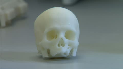 interior shots scientists use 3d printing machines to arrange human embryonic stem cells & 3d printed skull scientists print 3d body parts at... - 幹細胞点の映像素材/bロール