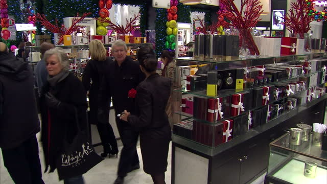 vidéos et rushes de interior shots shoppers look around & browse the perfume department in selfridges. interior shots customers paying at the tills in the selfridges... - 50 secondes et plus