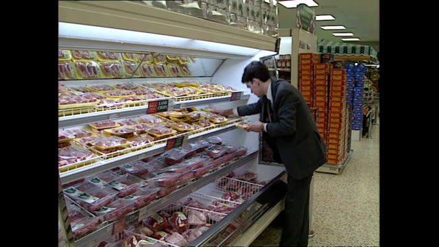 interior shots shoppers walking around tesco supermarket browsing food items and products on shelves on november 26 1991 in london england - tesco点の映像素材/bロール