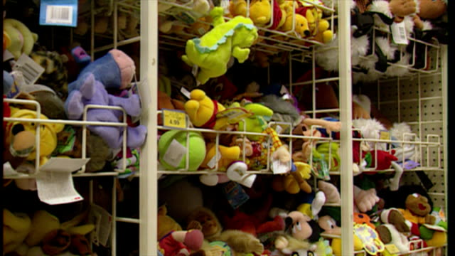 interior shots soft toys on shelves in toy shop. on december 18, 1999 in london, england. - negozio di giocattoli video stock e b–roll