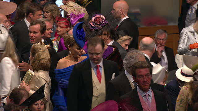 vídeos de stock, filmes e b-roll de interior shots tara palmertomkinson walks inside the abbey amongst wedding guests sky news royal wedding procession footage on april 29 2011 in... - hóspede