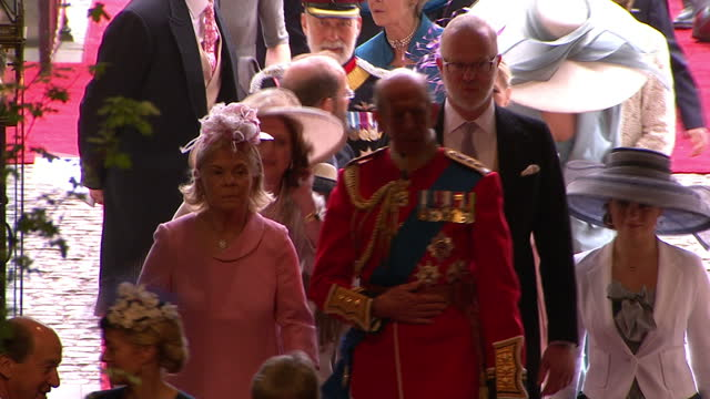 stockvideo's en b-roll-footage met interior shots the duke duchess of kent walk into westminster abbey greet members of the clergy sky news royal wedding westminster abbey interior... - westminster abbey