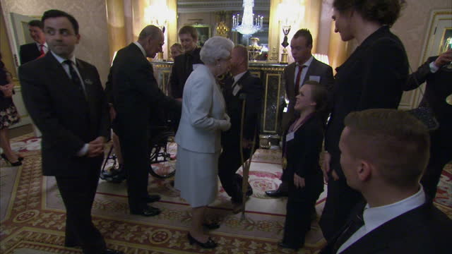 vídeos y material grabado en eventos de stock de interior shots the queen meets members of team gb's paralympic squad including ellie simmonds lee pearson the queen meets paralmypic athletes at... - 2012