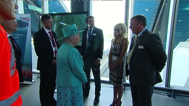 vídeos de stock e filmes b-roll de interior shots the queen talking with guests at network rail event on july 17 2014 in reading england - berkshire inglaterra