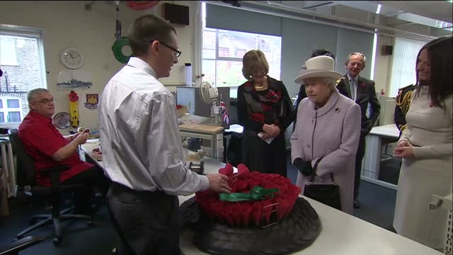 interior shots the queen tours poppy factory meeting chatting with workers making poppies for the royal british legion's annual poppy appeal the... - richmond upon thames stock-videos und b-roll-filmmaterial